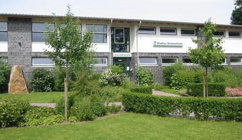 Geschäftsstelle- und Umkleidegebäude